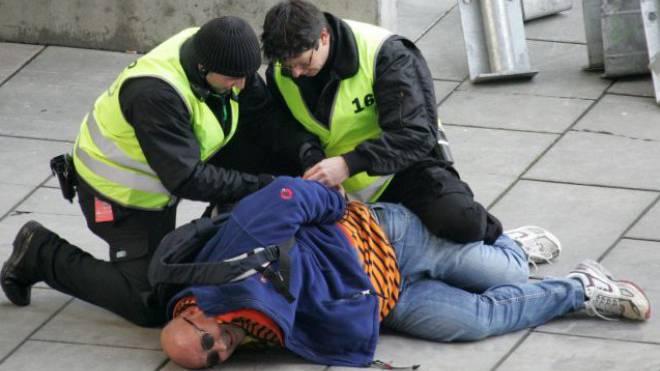 Bei Festnahmen (hier eine Übung) ist Gewaltanwendung zuweilen nötig. Ob sie verhältnismässig ist, hat immer häufiger das Gericht zu beurteilen. Foto: Keystone