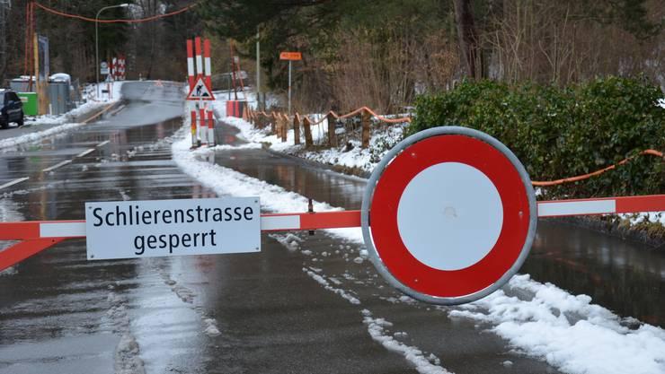 Trotz Barriere und Fahrverbotsschild halten sich nicht alle von der Strasse fern