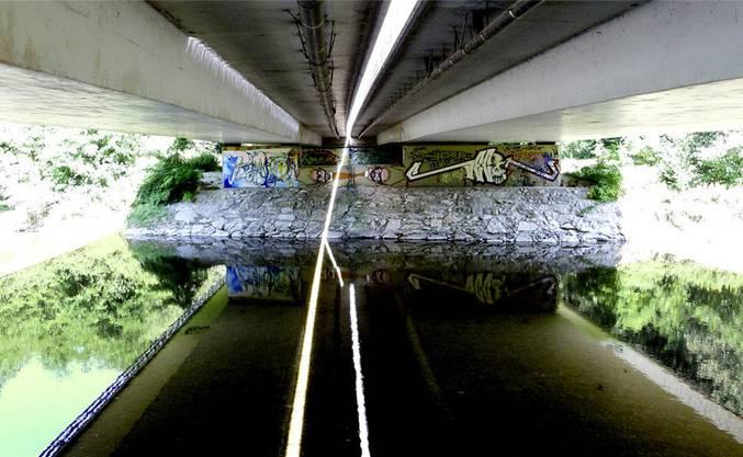 Technik und Natur sorgen für interessante geometrische Erscheinungen: unter einer der letzten Autobrücken vor der Emmemündung.