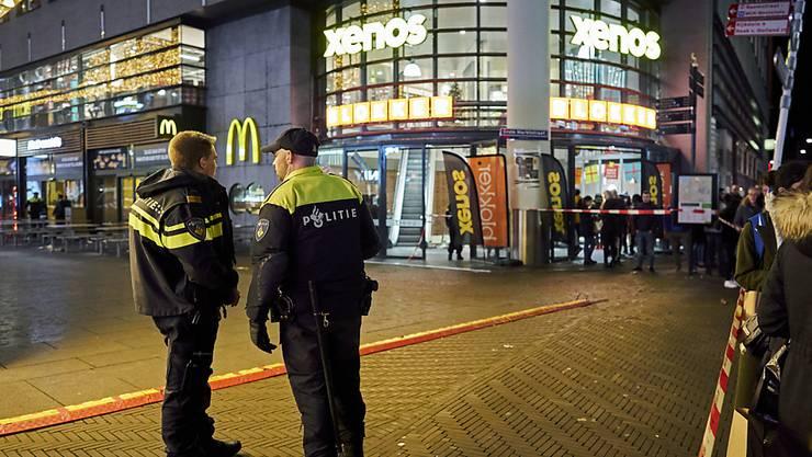Nach einem Messerangriff in den Haag sperrte die Polizei eine Einkaufsstrasse ab.