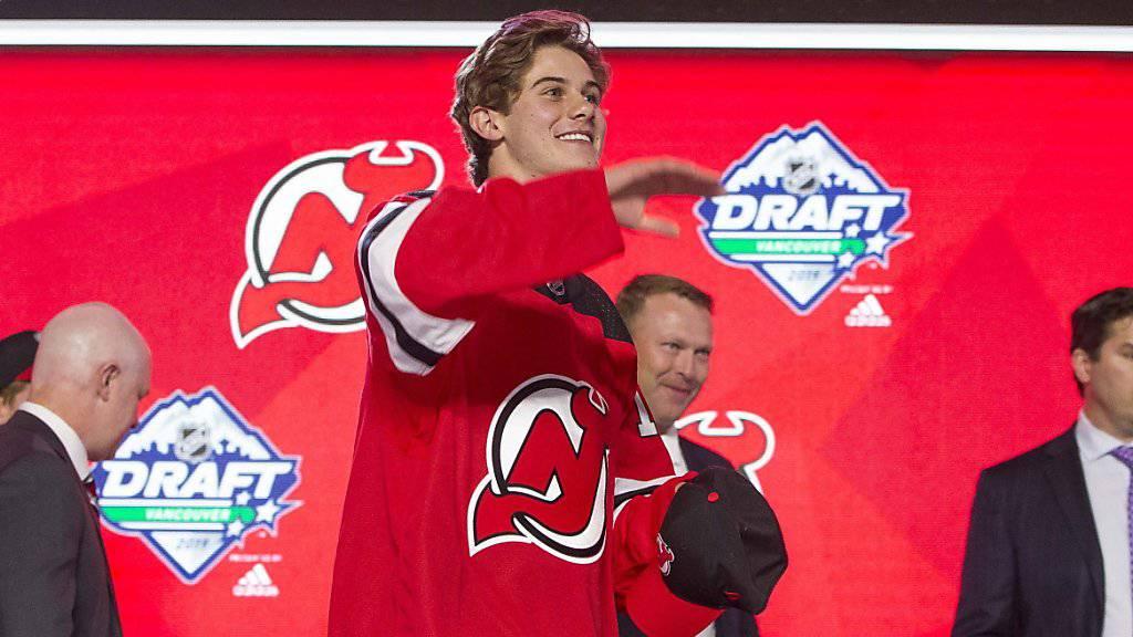 Jack Hughes (Bildmitte) im Dress der New Jersey Devils