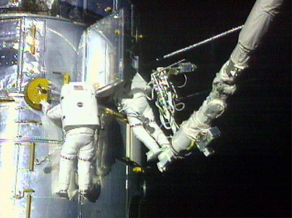 Astronaut Claude Nicollier (links) am Weltraum-Teleskop Hubble