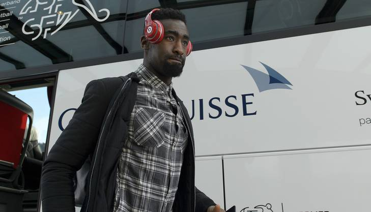 Djourou liebt afrikanische Musik. Die roten Kopfhörer dürfen deshalb auf Reisen nicht fehlen.