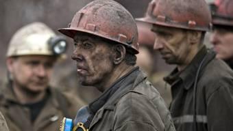 Blick in Gesichter von aus der Kohlemine geretteten Bergarbeiter