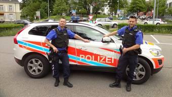 Umfangreiche Kontrolltätigkeit der Regionalpolizei Wohlen: Patrouille mit den beiden Wachtmeistern Markus Meyer (links) und Patrick Härri auf dem Wohler Kirchplatz.