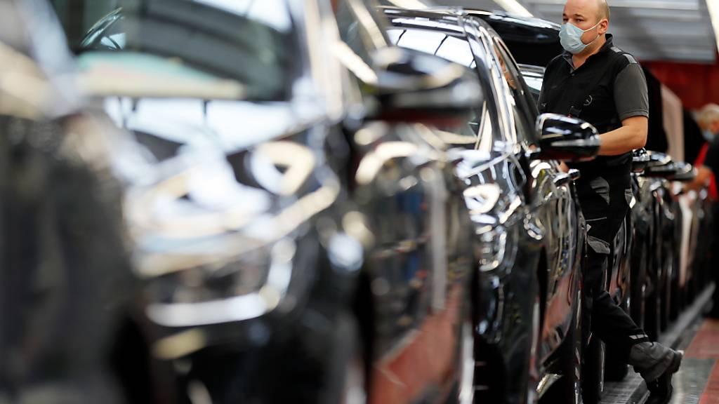 Sollen - zumindest in der ihrer Produktion - CO2-neutral werden: Die Autos von Daimler. (Archivbild)