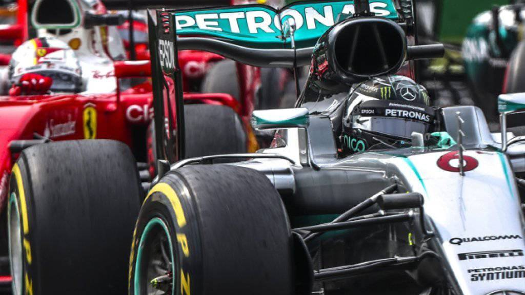 Nico Rosberg führt nach dem Start vor den Ferrari-Fahrern