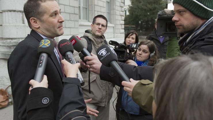 Daniel Walder, Anwalt von Ruth S. wird in der Mittagspause von Medien belagert.