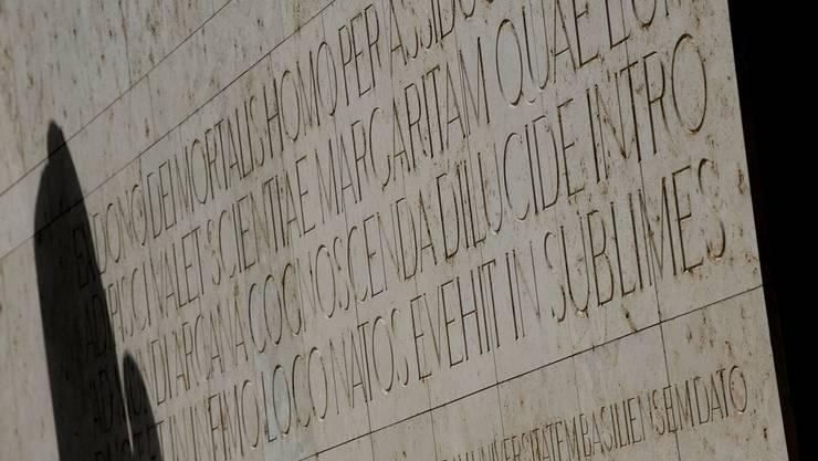 Lateinische Inschrift am Basler Kollegiengebäude: Die Unis haben den Niedergang mitzuverantworten.