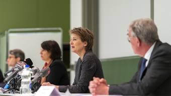 Die Bundespräsidentin startet ihre Tour de Suisse in Basel: Simonetta Sommaruga flankiert von Basler Regierungsräten.
