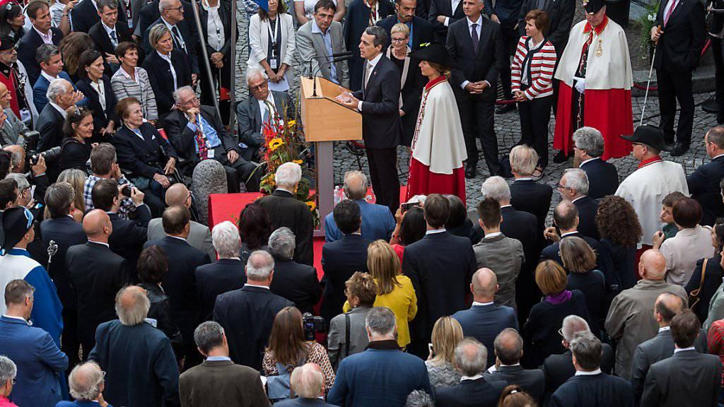 Bad in der Menge: Der neu gewählte Bundesrat Ignazio Cassis, Mitte, spricht am offiziellen Fest zu seinen Ehren auf der Piazza Governo in Bellinzona.