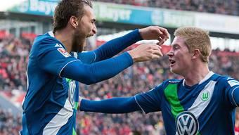 Kevin de Bruyne (rechts) feiert Wolfsburgs Matchwinner Bas Dost