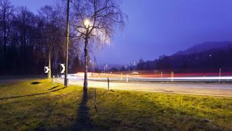 Autos fahren am frühen Morgen über die Albisriederstrasse in die Stadt Zürich. (Archiv)