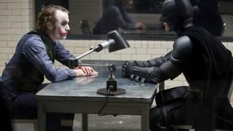 """HANDOUT - Heath Ledger (l)  und Christian Bale in einer Szene aus dem Film """"The Dark Knight"""" von 2008. Foto: Uncredited/Warner Bros./Library of Congress/dpa - ACHTUNG: Nur zur redaktionellen Verwendung im vollen Format und im Zusammenhang mit der aktuellen Berichterstattung sowie nur mit vollständiger Nennung des vorstehenden Credits"""