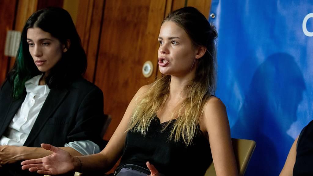 dpatopbilder - ARCHIV - Nadeschda Tolokonnikowa (l), Gründerin der Punk-Band Pussy Riot, und Veronika Nikulschina (m) bei einer Pressekonferenz im Jahr 2018. Foto: Kay Nietfeld/dpa