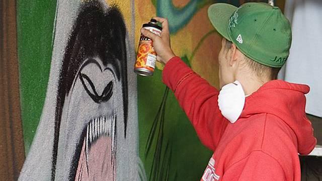 Ein Graffiti-Sprayer am Werk (Symbolbild)
