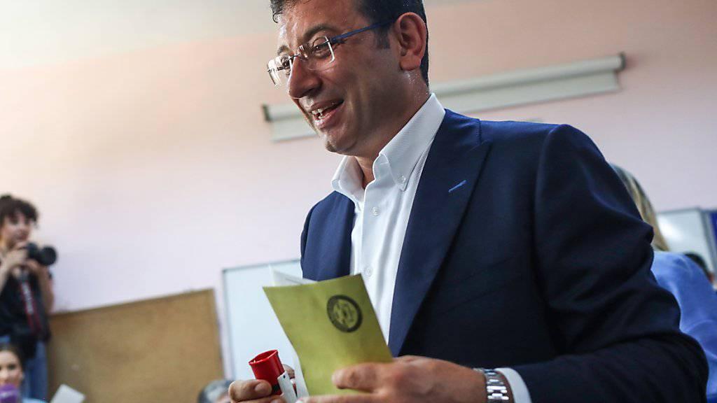 Der Istanbuler Oppositionskandidat Ekrem Imamoglu bei der Stimmabgabe für die erneute Bürgermeisterwahl.