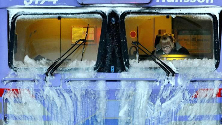 Ein von Eis überzogener Zug in Schweden (Archiv)