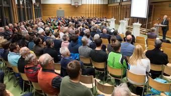 Die Ehrendinger Bevölkerung erschien zahlreich zum Infoabend, an dem über die Lägere-Arena diskutiert wurde. Alex Spichale