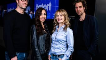 """Die Drehbuchautoren Stefan Brunner, links, und Lorenz Langenegger, rechts, mit """"ihrem""""  neuen Zürcher """"Tatort""""-Team (Carol Schuler, 2.v.l. und Anna Pieri Zuercher, 2.v.r.)."""