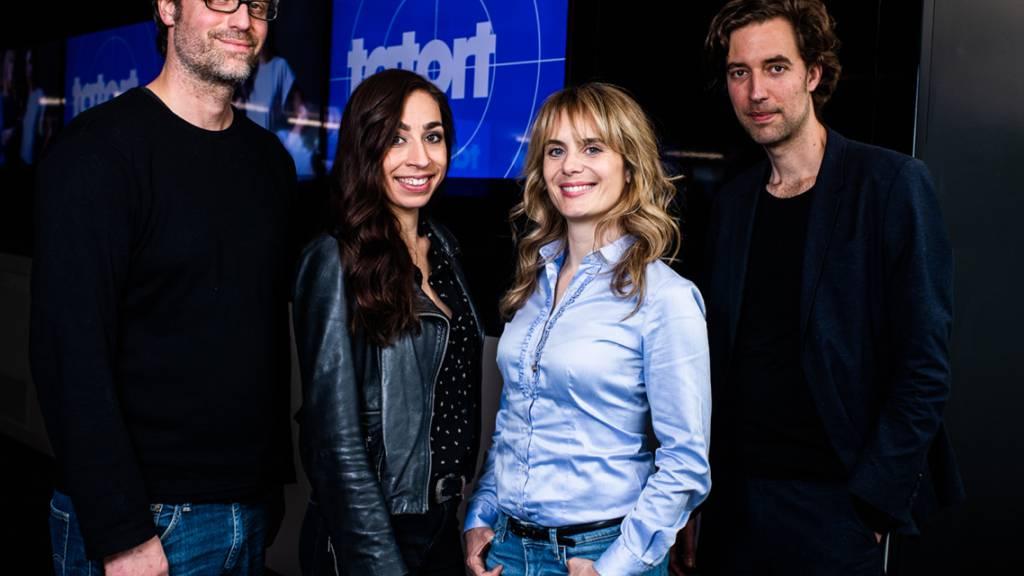 Die Drehbuchautoren Stefan Brunner, links, und Lorenz Langenegger, rechts, mit «ihrem»  neuen Zürcher «Tatort»-Team (Carol Schuler, 2.v.l. und Anna Pieri Zuercher, 2.v.r.).