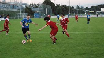 Oetwil-Geroldswils Claudio Lauper (am Ball) netzte nach nur sieben Minuten das erste Mal für sein Team ein. Luca Muntwyler