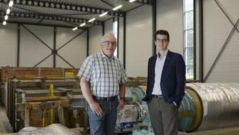 Michele Muccioli (r.) und Hanspeter Tinner von der Hiag-Gruppe in der ehemaligen Walzenhalle der Papierfabrik, wo bis im Sommer 2018 ein Rechenzentrum gebaut wird.