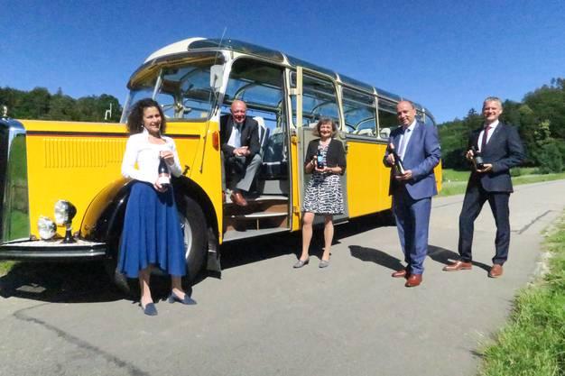Im Oldtimer-Postauto fährt eine Delegation zu den Weingütern der vier Sieger.