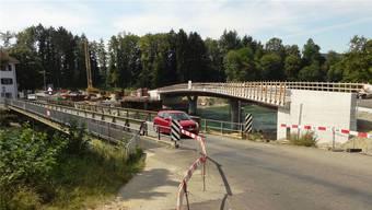Die neue Reussbrücke im Gnadenthal steht, sodass die alte Konstruktion (links) bald für den Verkehr gesperrt und abgebrochen werden kann.