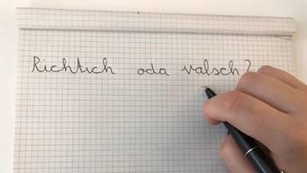 Mit der Lernmethode «Schreiben nach Gehör» üben die Kinder zunächst, die Laute der Wörter herauszuhören und sie phonetisch aufzuschreiben.