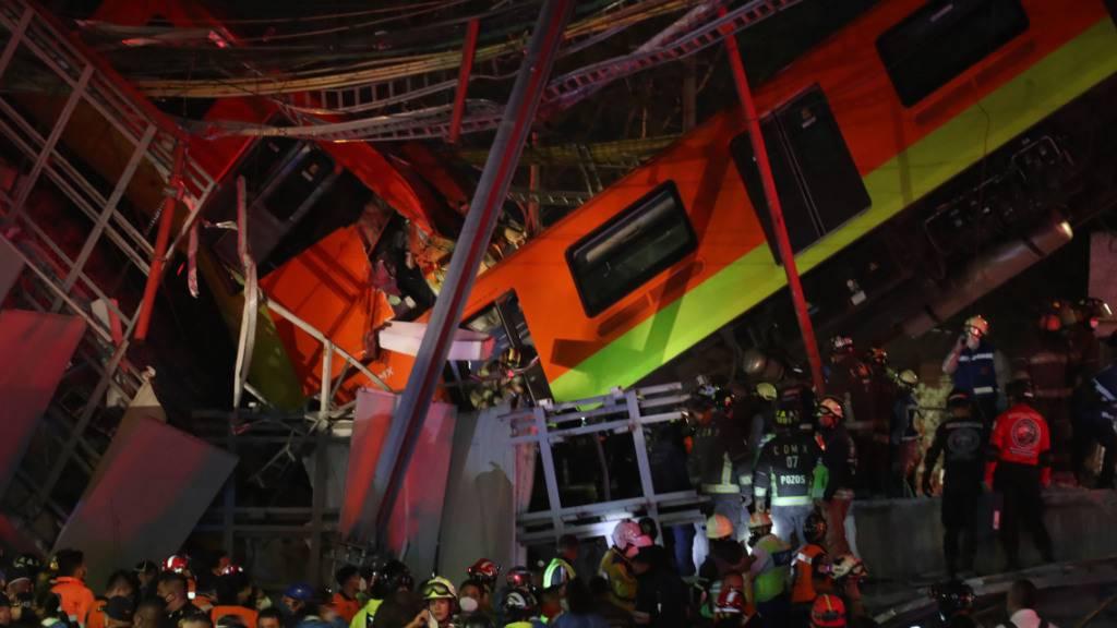 Rettungskräfte stehen am Unfallort, nachdem eine U-Bahnbrücke zum Teil eingestürzt ist. In Mexiko-Stadt ist eine U-Bahnbrücke zum Teil eingestürzt und eine Bahn dabei verunglückt. Foto: Valente Rosas/El Universal via ZUMA Wire/dpa