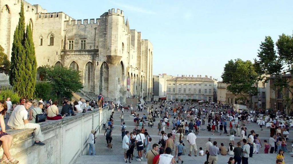 Auf dieser Freilichtbühne vor dem Papstpalast in Avignon sollen bald mehr Schweizer Produktionen gezeigt werden (Archiv).