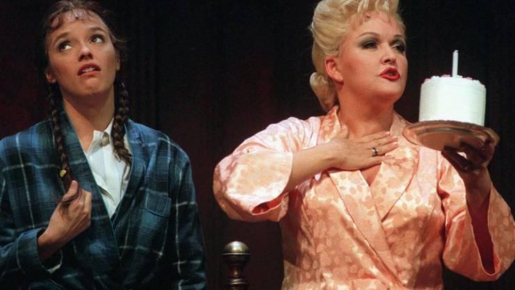 Angelika Milster (r) ist auf vielen Bühnen zu Hause, hier im Theater des Westens in Berlin. (Archivbild)