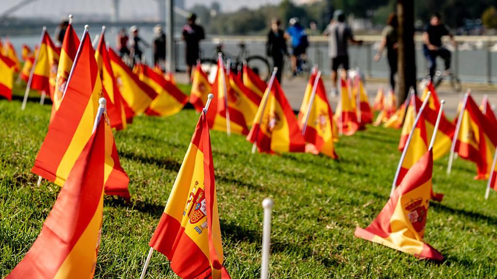 Etwa 53.000 Flaggen werden entlang des Guadalquivir in Gedenken an die Opfer der Corona-Pandemie aufgestellt. Foto: Eduardo Briones/EUROPA PRESS/dpa