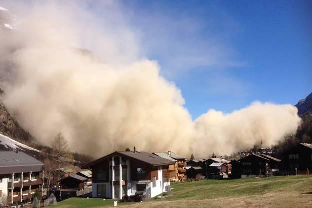 Eindrücklich: Eine gewaltige Staubwolke fegt über das Dorf Randa.