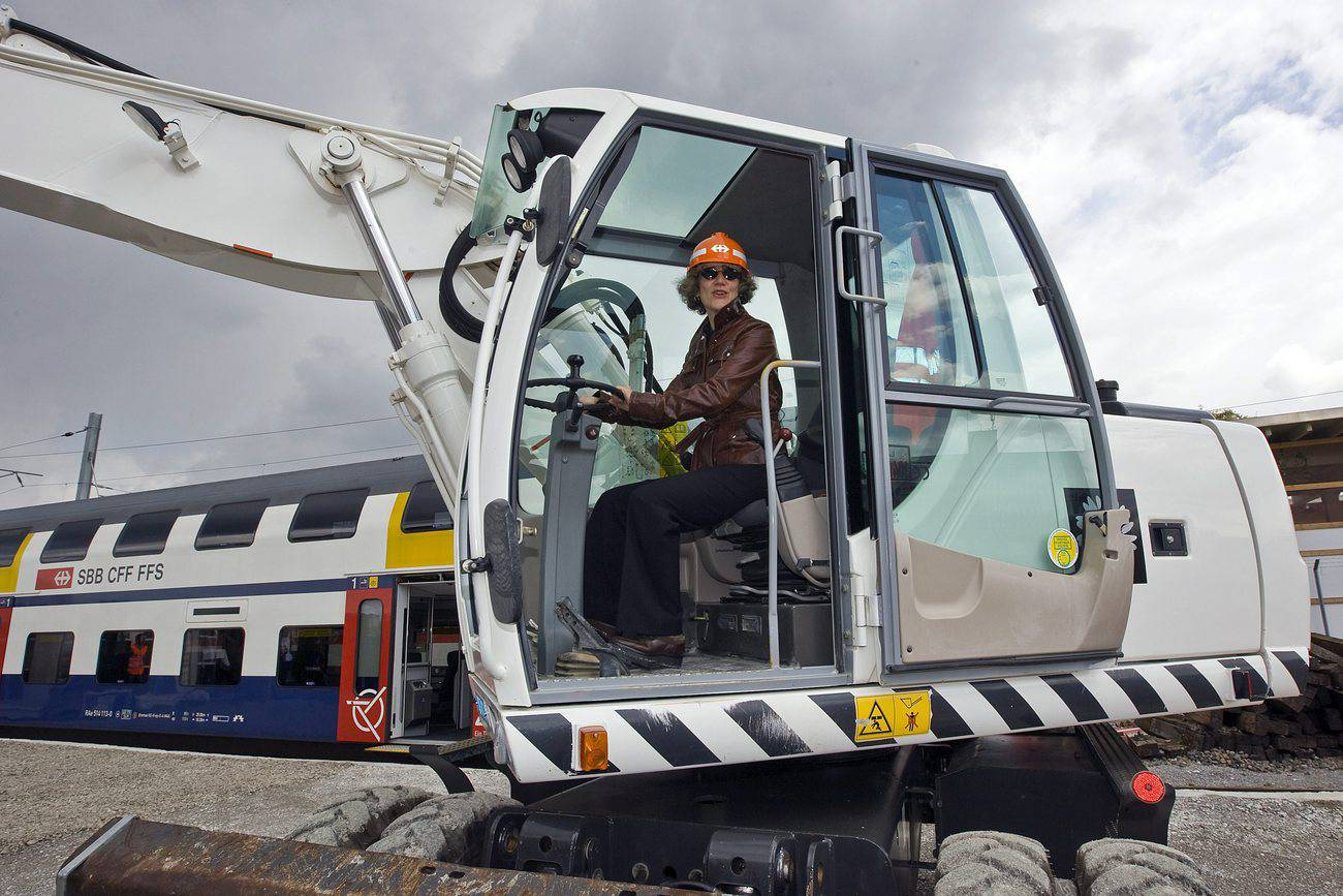 Im Juni 2009 sitzt Corine Mauch in einem Bagger für den Spatenstich zum Baubeginn der Pädagogischen Hochschule (PHZH). Es ist ein wichtiger Schritt auf dem Weg zur Realisierung der Europaallee. (© Keystone)