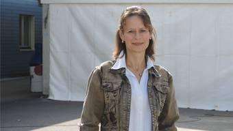 Marina Zimmermann Maiorano steht nach einem ereignisreichen Tag vor dem frisch aufgebauten Ausstellungszelt.