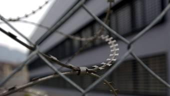Der Angeklagte bleibt in Haft. (Symbol)