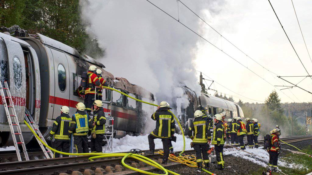 Der letzte Zugteil eines ICE ist am Freitagmorgen in Deutschland in Brand geraten. Aufgrund der Rauchentwicklung und der Löscharbeiten musste die vielbefahrene Autobahn 3 zwischen Dierdorf und Ransbach-Baumbach zunächst in beide Richtungen gesperrt werden.