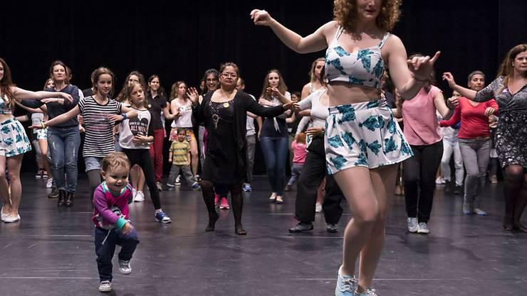 Am Tanzfest konnten sich Interessierte aller Generationen über verschiedenste Stile kundig machen: hier beispielsweise in brasilianischen Tänzen. (Pressebild)