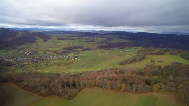Drohnenflug über den geplanten Standort der Windparkanlage Burg