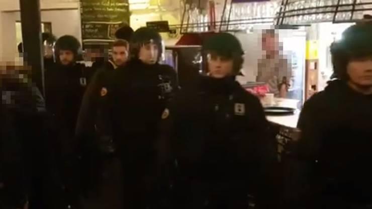 Polizisten vor der Bar des Restaurant Sous Le Pont in der Berner Reitschule.