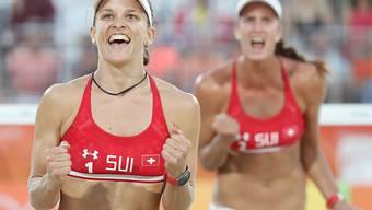 Nadine Zumkehr (links) freut sich mit Joana Heidrich über den Punktgewinn (Archivaufnahme)