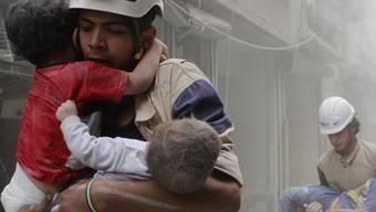 """Szene aus der Kurz-Doku """"The White Helmets"""", die für einen Oscar nominiert ist. Zwei Syrer, die daran mitgewirkt haben, stornierten in letzter Minute ihre Flüge in die USA. Es ist unklar, ob aus freiem Willen oder gezwungenermassen. (Handout)"""