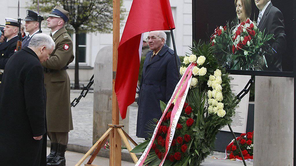 Jaroslaw Kaczynski (l.) gedenkt in Warschau des Todes seines Zwillingsbruder und der weiteren Absturzopfer des Unglücks von Smolensk.