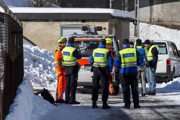 Polizeibeamte bei der Unfallstelle eines Zugungluecks auf der Gotthard-Bergstrecke bei Airolo, am Dienstag, 5. Februar 2019. Am Dienstagmorgen sind zwei Bahnarbeiter von einem Zug erfasst worden. Einer der Maenner starb am Unfallort, der zweite wurde schwer verletzt in ein Spital geflogen. (KEYSTONE/Ti-Press/Francesca Agosta)