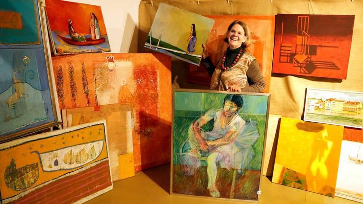 Hanni Malcotsis präsentiert einige der vielen Exponate für die erste Badener Bildbörse. ubu