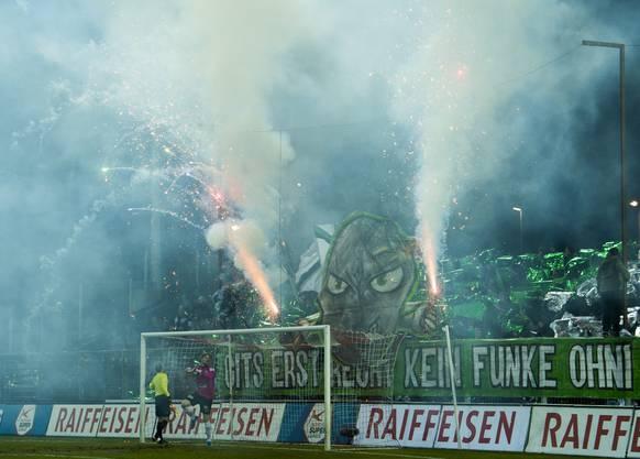 St. Galler Fans zünden Feuerwerk im Brügglifeld.