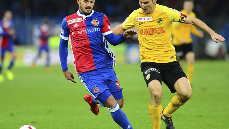 Im Dress des FC Basel (hier gegen Steve von Bergen ein einem Match gegen YB) kam Albian Ajeti zur Geltung - unter anderem als Torschützenkönig. In London bei West Ham United isst er seit einem halben Jahr hartes Brot