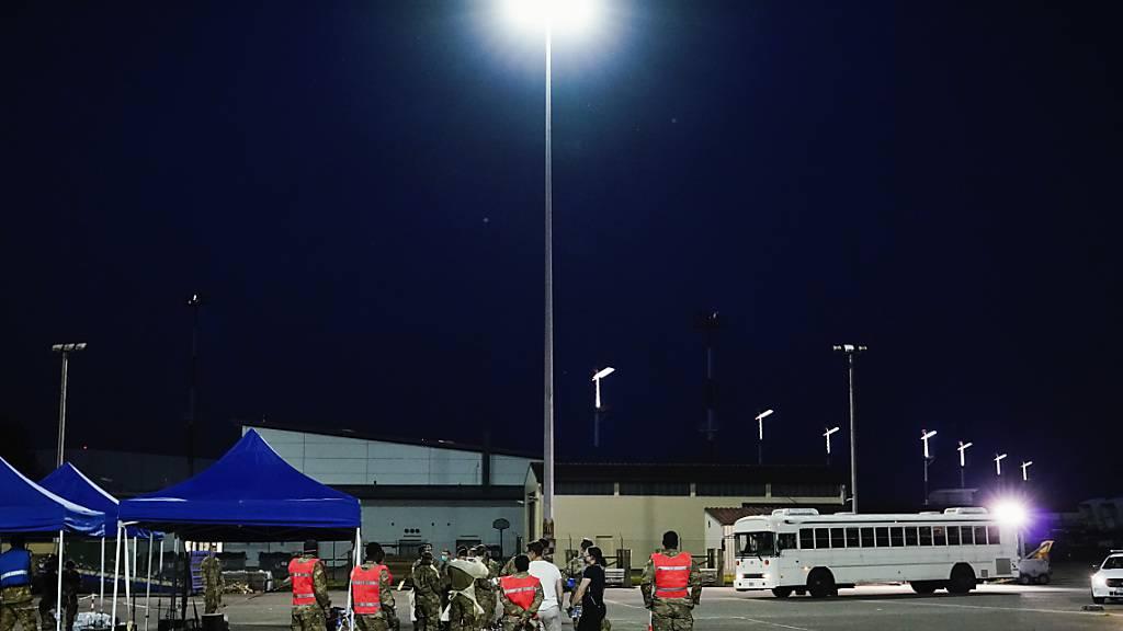 Die USA nutzen auch ihren Militärstützpunkt im deutschen Ramstein als Drehkreuz für die Evakuierung von Schutzsuchenden aus Afghanistan. Foto: Uwe Anspach/dpa